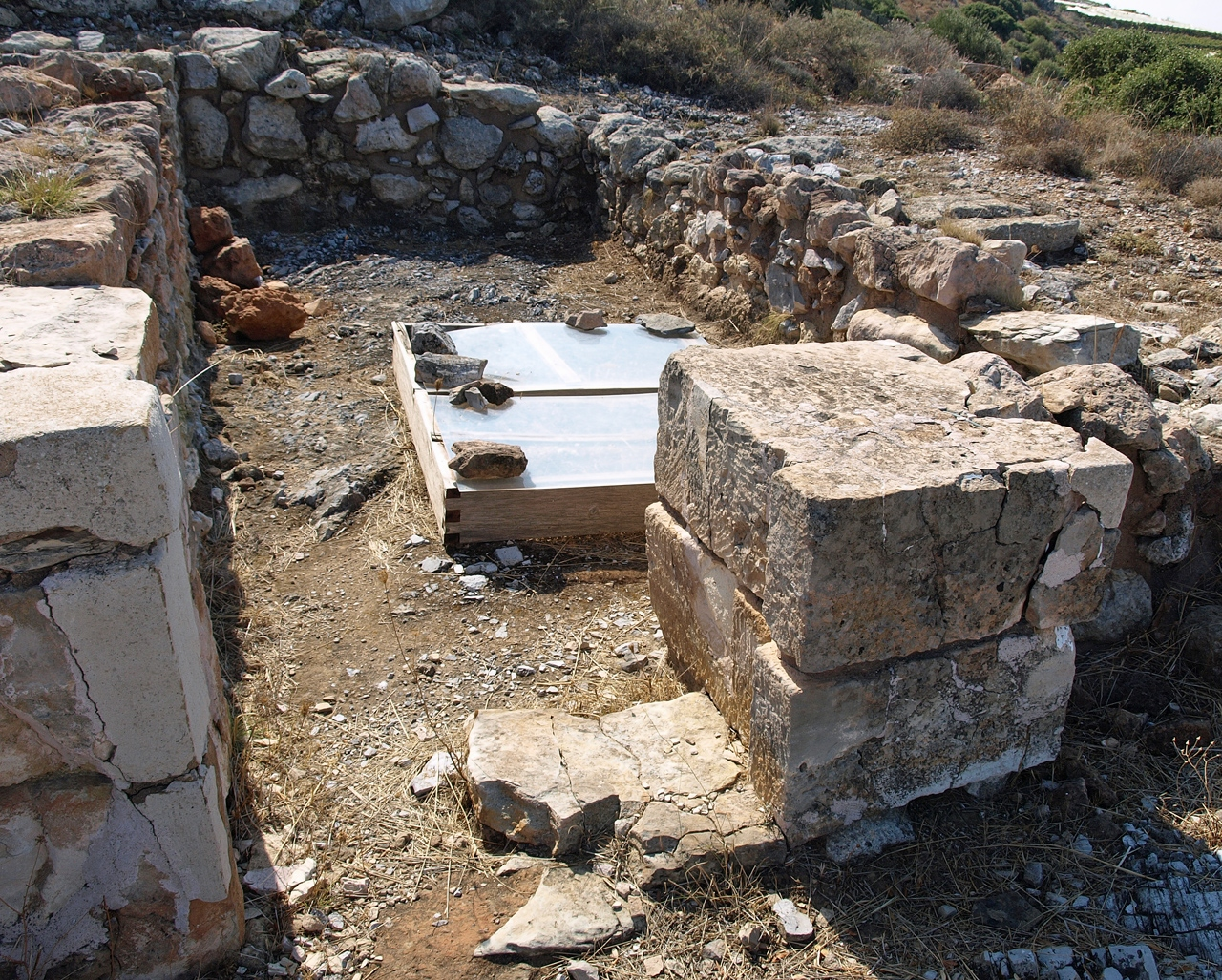 temple of anemospilia Anemospilia was first excavated in 1979 by j sakellarakis the temple was destroyed by a volcanic eruption from thera and the resulting earthquakes the temple was found in a ruined state with stone walls only reaching hip height.
